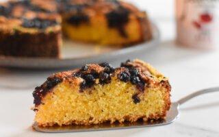 Amandel-polenta cake met bosbessen