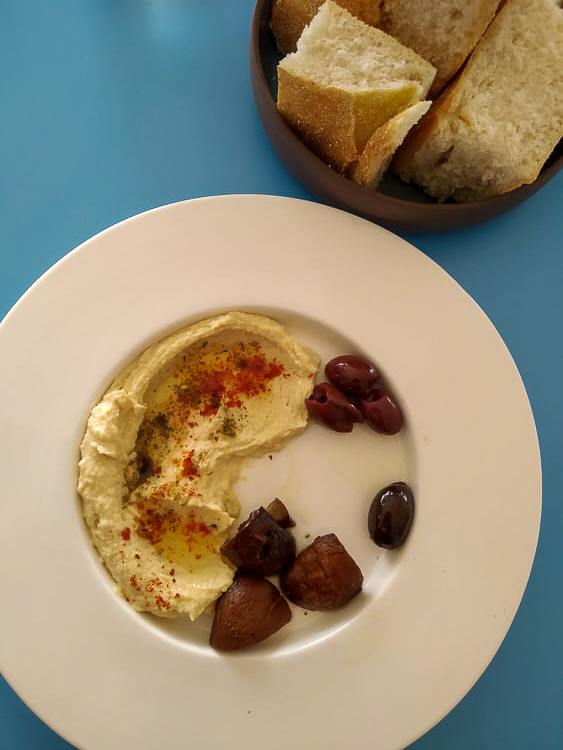 HUMMUS VAN'T NOORD – Parijse champignons / kalamata olijven / za'atar /kikkererwten