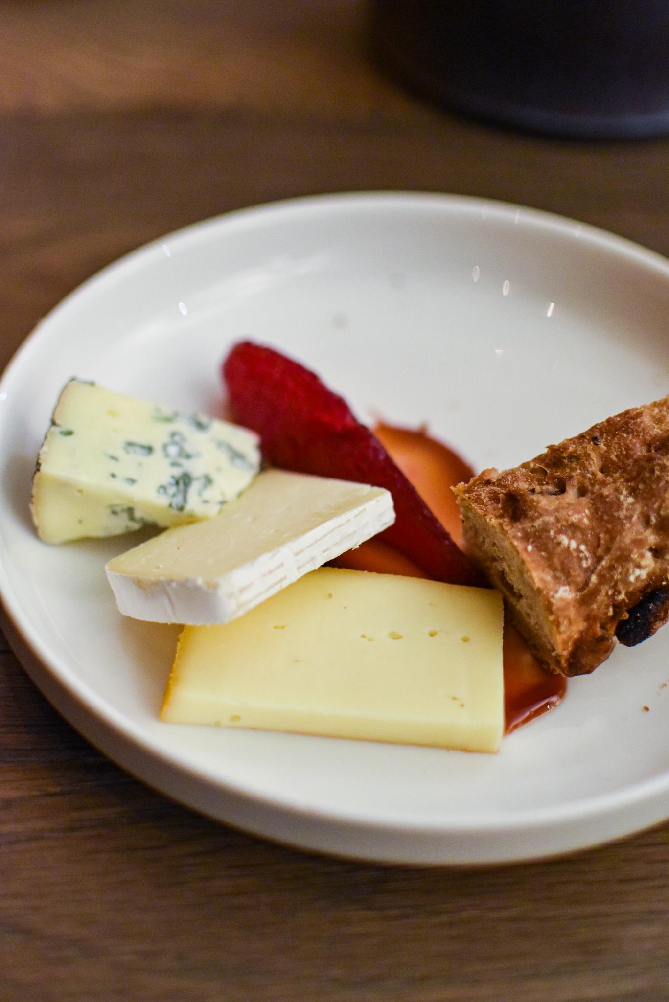 Drie kazen uit de regio - Luikse siroop - Peren - Rodebietsap - Roggebrood met rozijnen